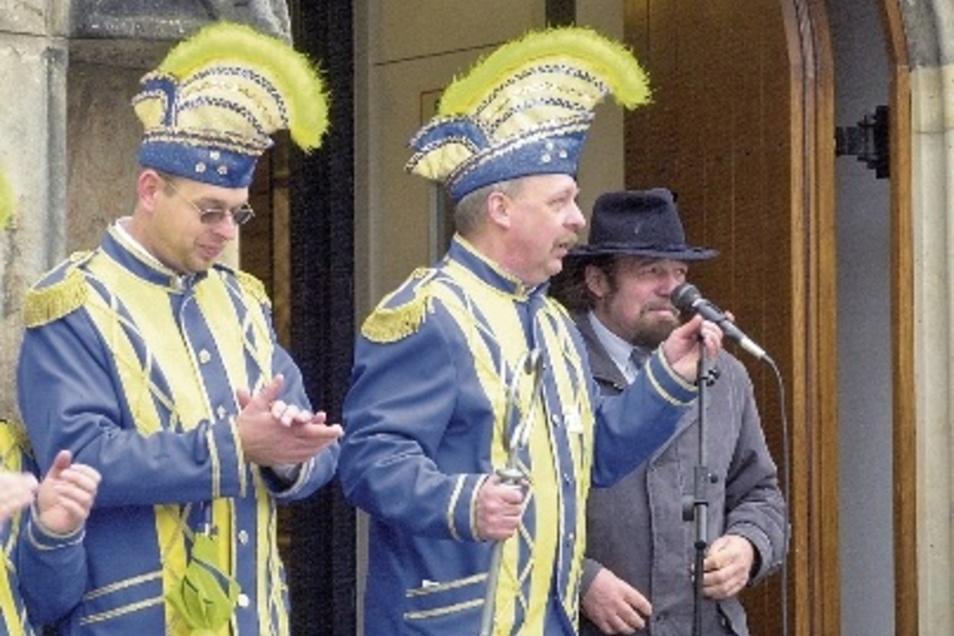 Horst Wagner war lange Jahre Chef des Dippser Faschingsvereins. Das Foto zeigt ihn(Mitte) 2001 mit Bürgermeister Horst Bellmann (re.).
