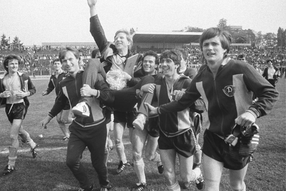Die Dynamo-Spieler Udo Schmuck, Hartmut Schade, Ralf Minge und Torsten Gütschow (v. l.) tragen ihren Erfolgstrainer Klaus Sammer nach dem Pokalsieg 1984 auf den Schultern. Im Finale hatten die Dresdner den BFC Dynamo mit 2:1 besiegt, ein Jahr später gewan