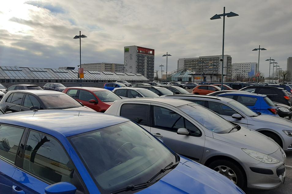 Das Parkdeck des Lausitz-Centers am Samstag zum letzten Mal in diesem Jahr gut gefüllt. Ab heute greift der Lockdown und damit dürfen zwar beispielsweise noch Lebensmitteläden, aber keine Bekleidungsgeschäfte mehr öffnen.