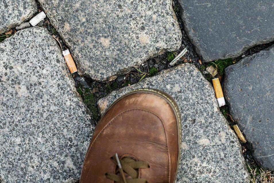 Problem Nummer 1: Die Kippen im Kopfsteinpflaster. Raucher sind in der Zittauer Innenstadt die größten Umweltsünder. Auf dem Marktplatz ist die Kehrmaschine der Stadtreinigung machtlos.