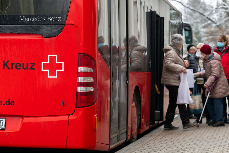 Impfbus des DRK in Sebnitz: Für Senioren ist der Weg bis ins Impfzentrum oft zu beschwerlich.