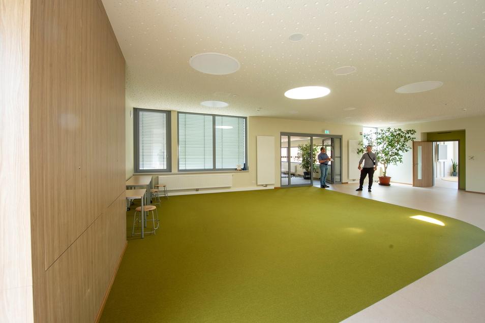 Mit grünem Teppich sind Bereiche im Flur ausgelegt...