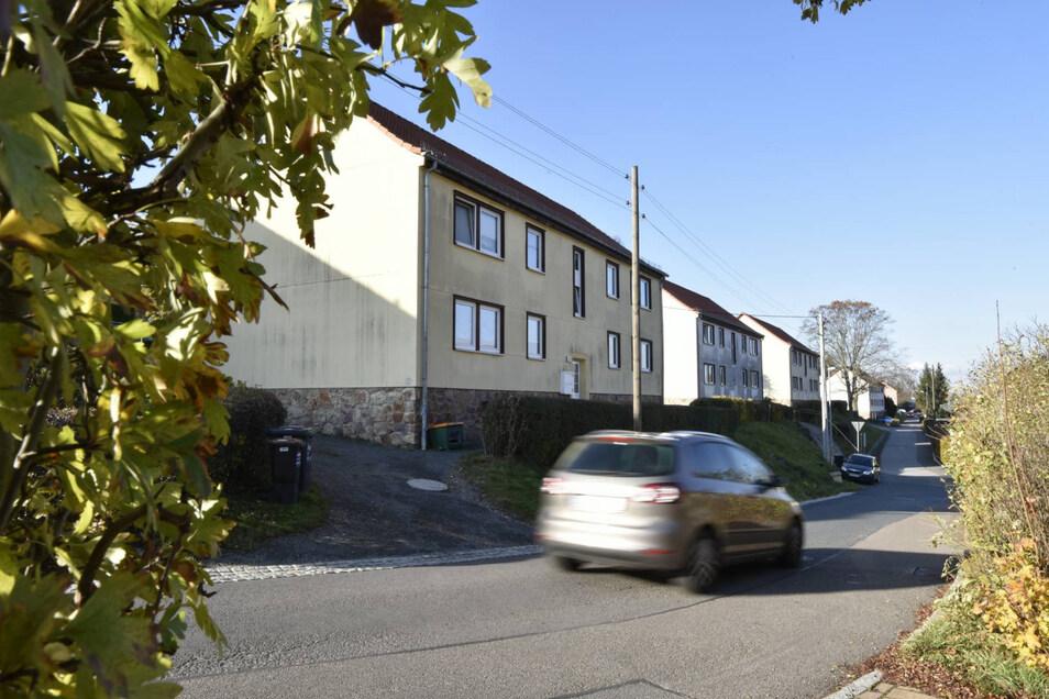 Hier in der Siedlung Naundorf müssten die Fassaden der Häuser wegen Asbest saniert werden.