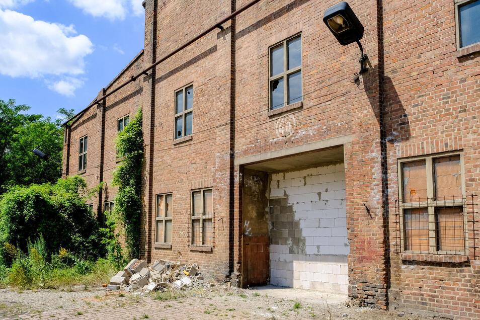 Nach dem Feuer im Juni sind alle Fenster, Türen und Tore an der ehemaligen Zellstofffabrik zugemauert worden.