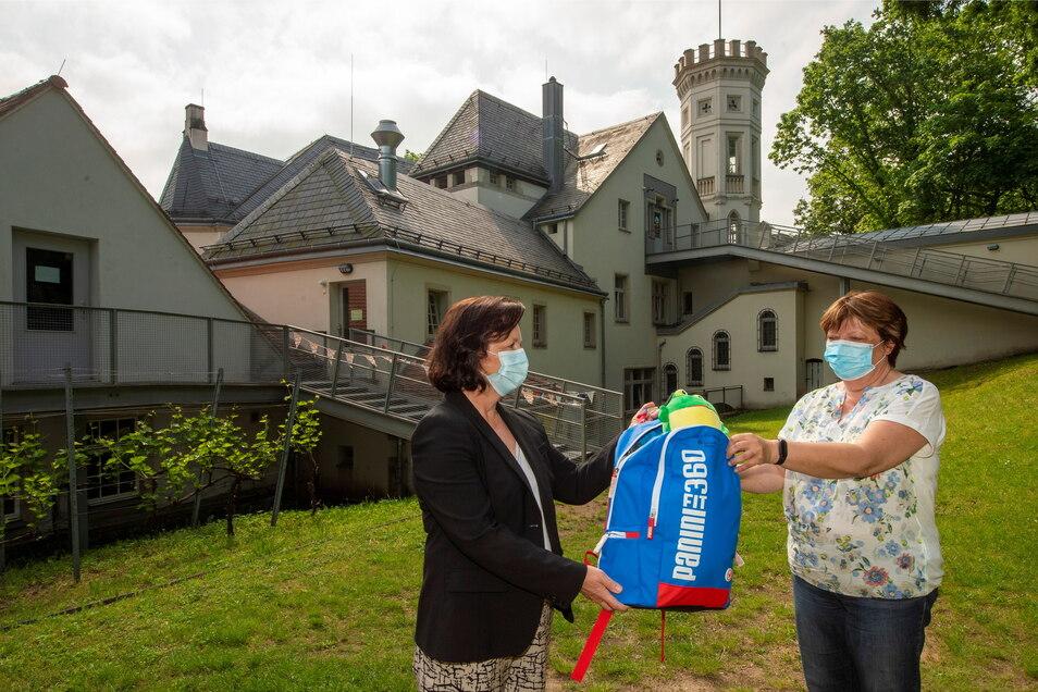 Korona Nowotnick (l.) übergibt am Mohrenhaus eine Spende an Reingard Piel.