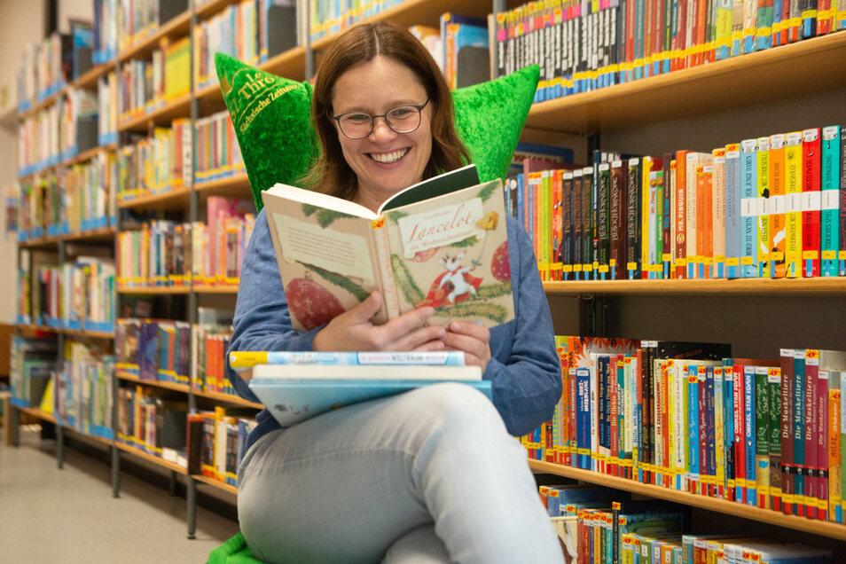 Leserin Cathleen Bochmann kam am Montag in die neue Bibliothek an den Münchner Platz, um Bücher auszuleihen. Der neue Standort ist mehr als doppelt so groß wie der alte am Nürnberger Ei.