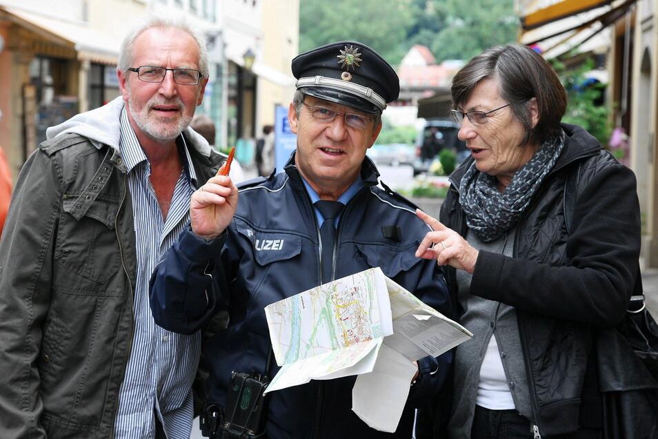 Andreas Hutzel war der Inbegriff des Schutzmanns und 23 Jahre Bürgerpolizist in Pirnas Altstadt. Hier betätigt er sich mal wieder als Reiseführer.