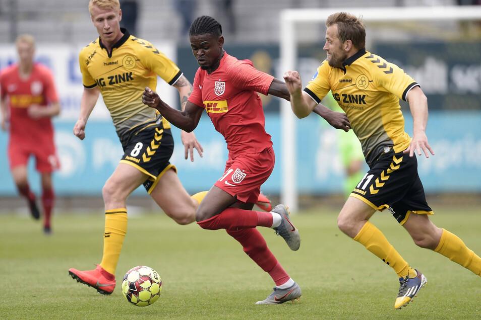 Godsway Donyoh (Mitte), hier in einem Ligaspiel mit dem FC Nodsjaelland gegen den AC Horsens, soll am Mittwoch in Dynamos Trainingslager eintreffen.