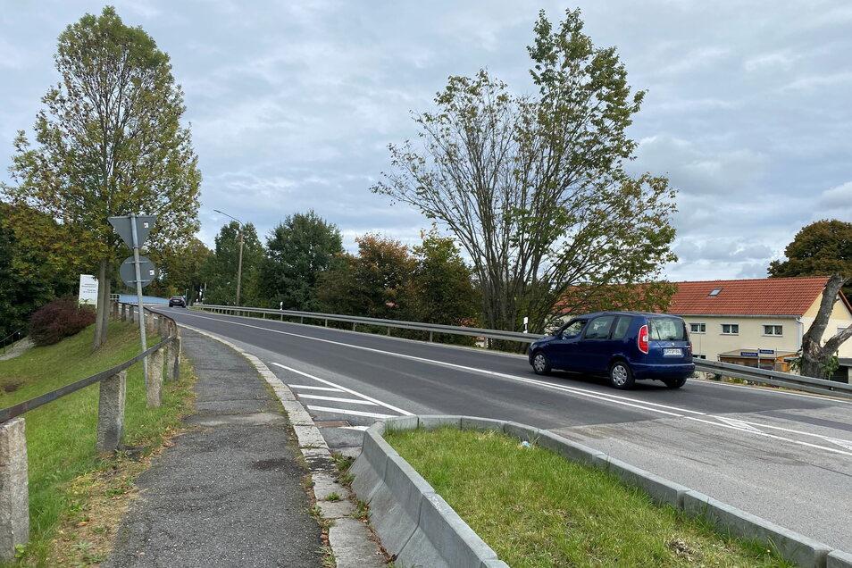 Die Bahnbrücke in Neugersdorf kann wieder befahren werden.