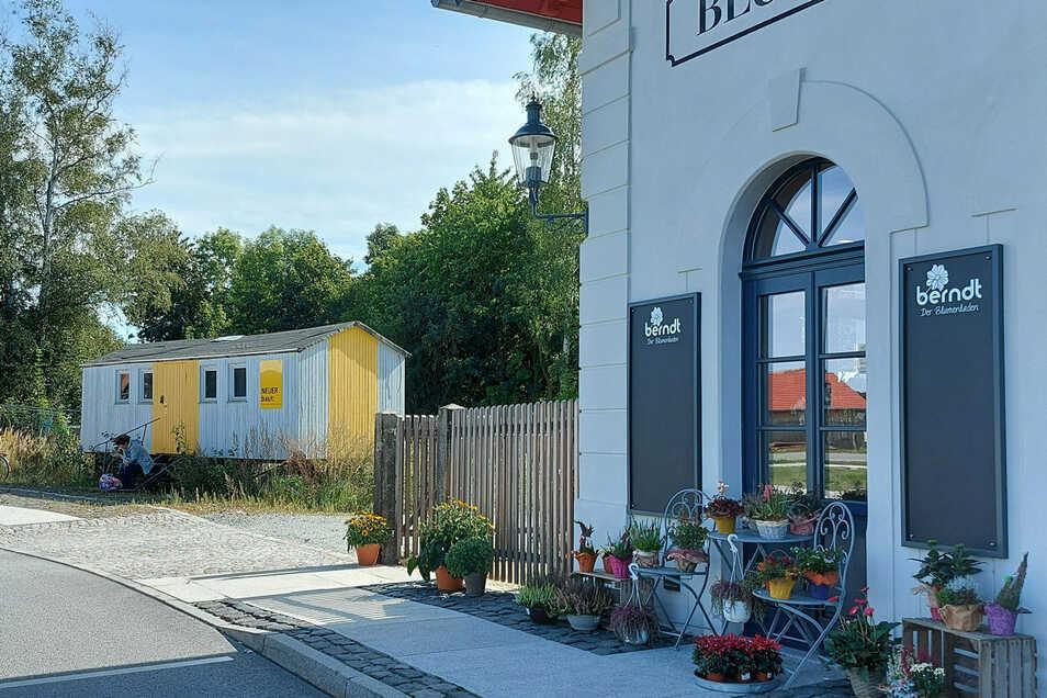 Drei Jahre ist der Bahnhof schon geöffnet - der Bauwagen steht noch. Mit gutem Grund.