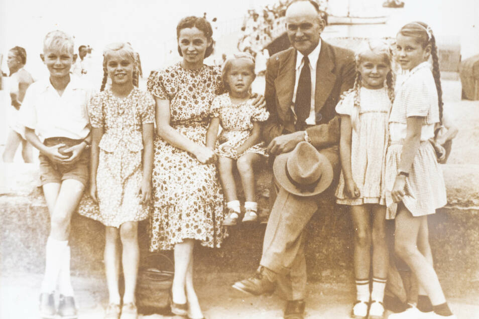Die Erdbeere begleitet Familie Dahl seit fast 100 Jahren. Schon Opa Karl (im Anzug) und später dessen Sohn Karl (links) pflanzten sie an.