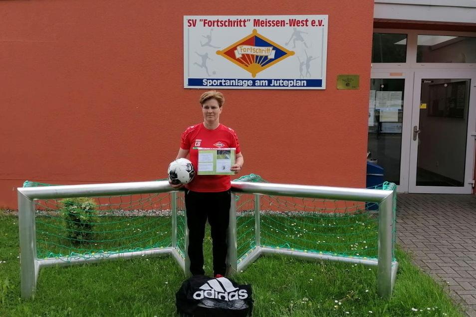 Freude bei Corinna Böhme vom SV Fortschritt Meißen-West über die Auszeichnung vom DFB.