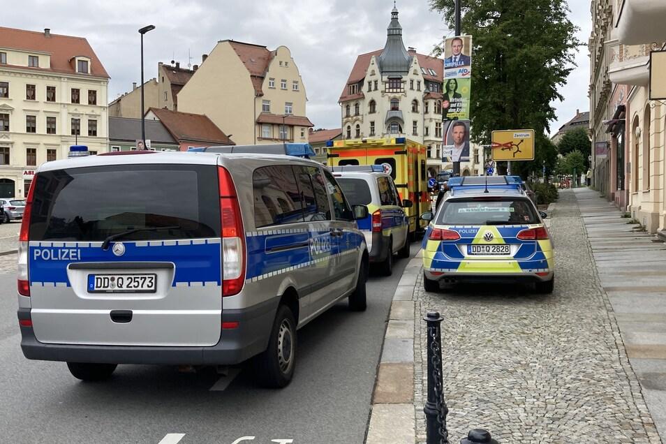 Mit einem größeren Aufgebot rückte die Polizei am Löbauer Neumarkt an.