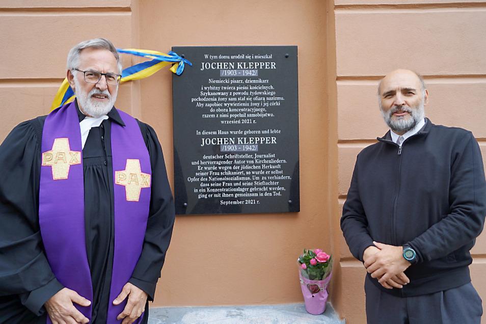 Diese Gedenktafel für Jochen Klepper wurde am 25. September in seinem Geburtsort, im polnischen Bytom Odrzanski, dem ehemaligen Beuthen an der Oder enthüllt. Erich Busse (l.) und Johannes Leue waren an der Gestaltung eines Gottesdienstes in diesem Zusam
