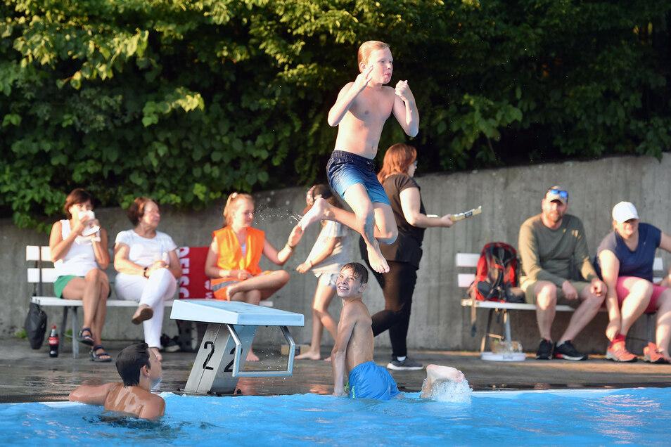 """Beim """"Rock im Bad"""" in Jonsdorf kamen auch die Wasserratten nicht zu kurz."""