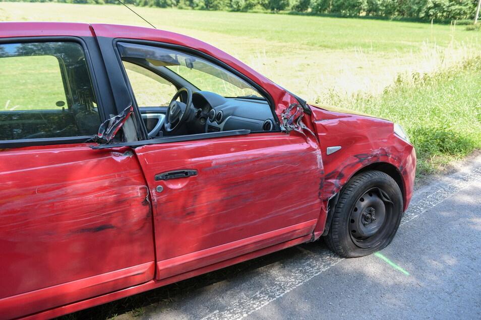 Der rote Dacia musste abgeschleppt werden.
