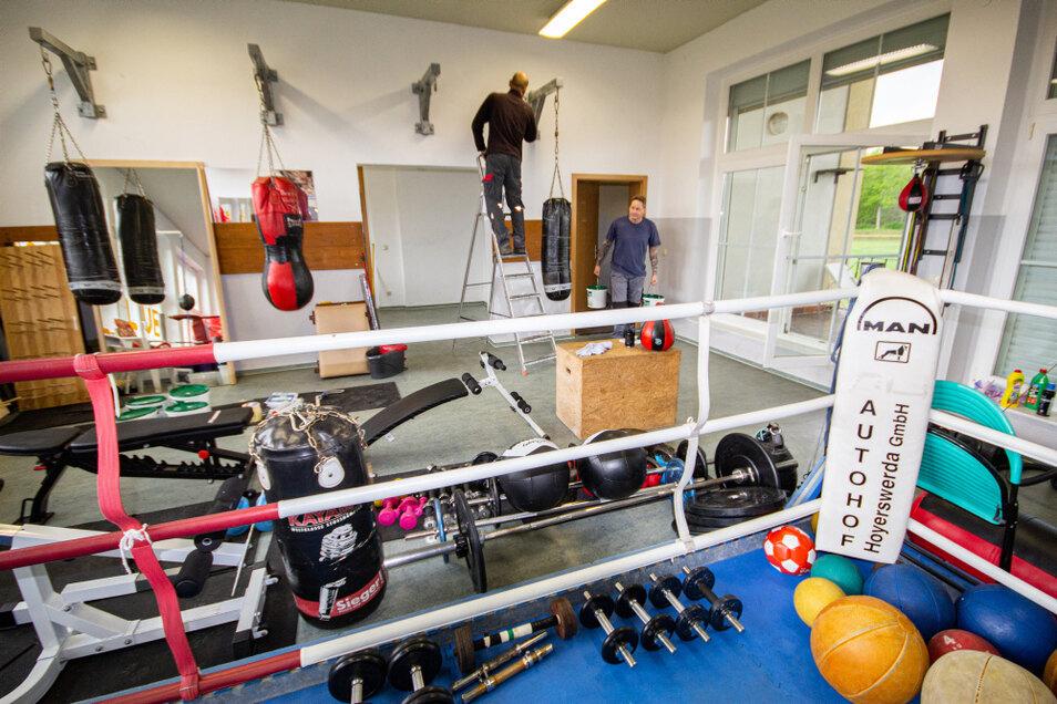 Drei Räume des Laubuscher Sportlerheims werden vom Boxclub Niederlausitz Lauta-Laubusch genutzt und derzeit renoviert. Um Platz für die Malerarbeiten zu bekommen, müssen die Sportgeräte von Raum zu Raum befördert und gestapelt werden.