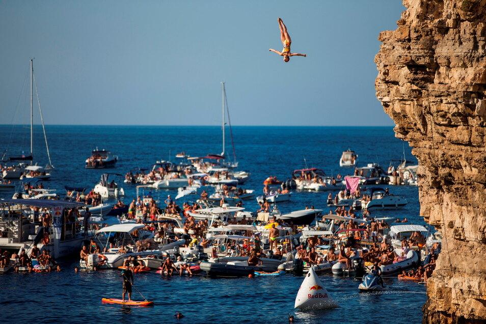 Iris Schmidbauer springt vor atemberaubenden Kulissen wie hier im italienischen Polignano a Mare.