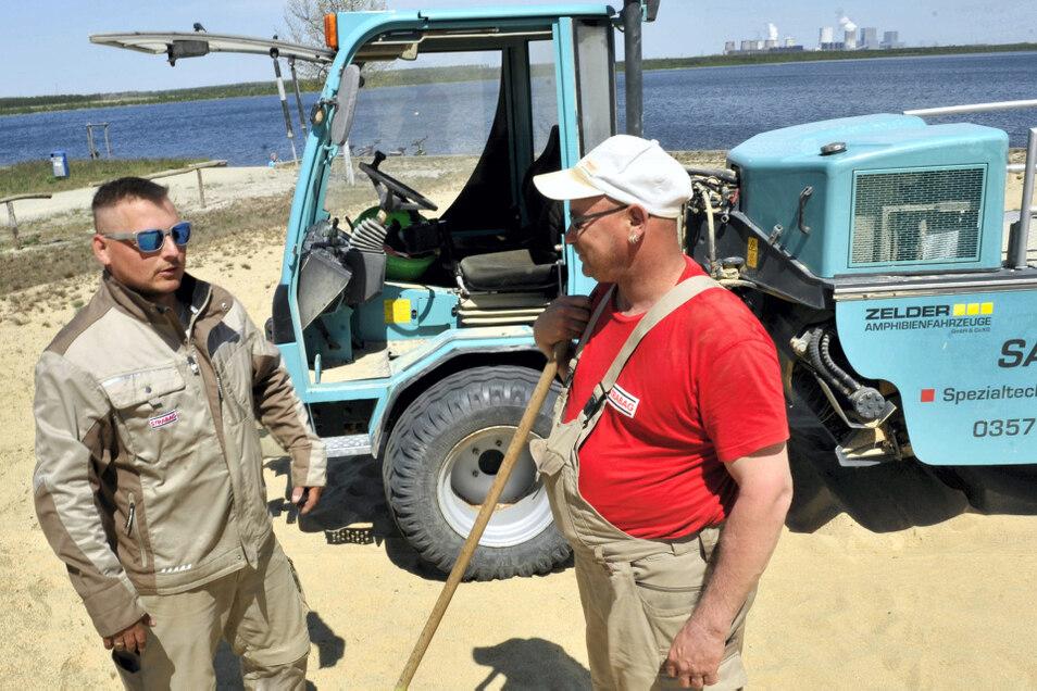 Benjamin Lippitsch und Mario Spreye von der Strabag Umwelttechnik Ökologischer Gewässerdienst Chemnitz, mit Sitz in Hoyerswerda, reinigen die Strände am Bärwalder See. Dabei werden Verunreinigungen aus dem Sand gefiltert und dieser fein gesiebt wieder