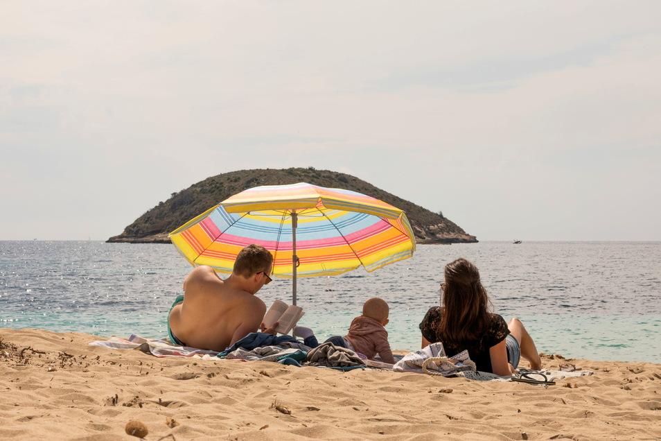 Sommer, Sonne, Strand: Viele Deutsche sehnen sich nach unbeschwertem Urlaubstagen im Süden. In vielen Ländern gelten aber noch Einschränkungen.