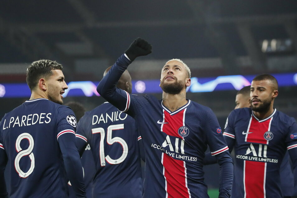 Neymar (2.v.r.) von Paris Saint-Germain jubelt nach seinem Treffer zum 1:0.
