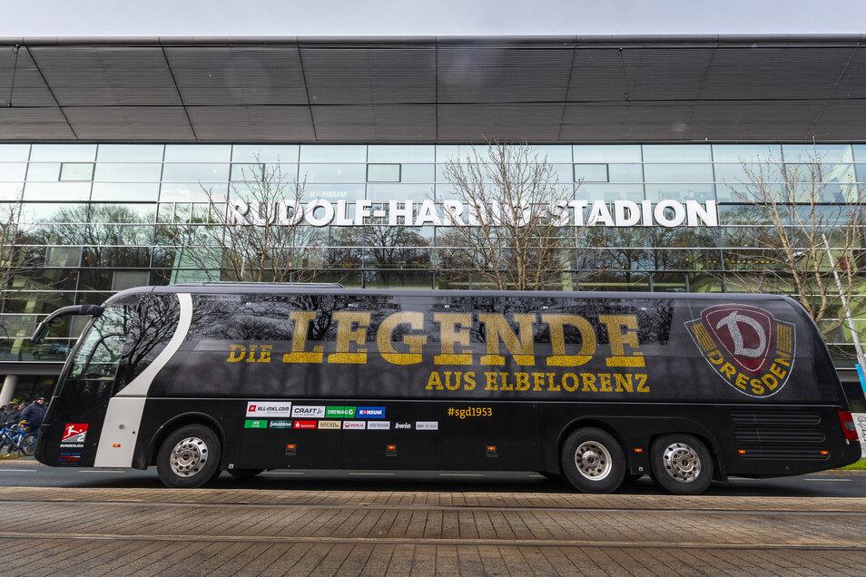 Der Mannschaftsbus sollte die Dynamo-Profis am Freitag nach Bielefeld bringen. Doch auch das Spiel findet vorerst nicht statt, es herrscht Ruhe am und vor allem im Rudolf-Harbig-Stadion, das seit August 2018 wieder den Namen des Dresdner Mittelstreckenläu