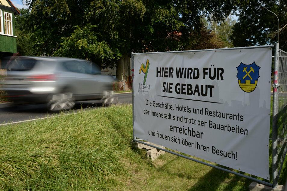 Die Stadt Niesky stellte jetzt vier Banner auf, wie hier auf der Bautzener Straße, Höhe Wachsmann-Haus. Sie sollen zum Einkaufen ins Stadtzentrum einladen.