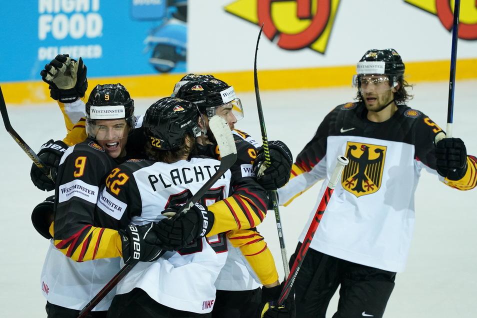Die deutsche Eishockey-Nationalmannschaft gewann das Viertelfinale gegen die Schweiz 3:2 nach Penaltyschießen und spielt damit um die erste WM-Medaille seit 1953.