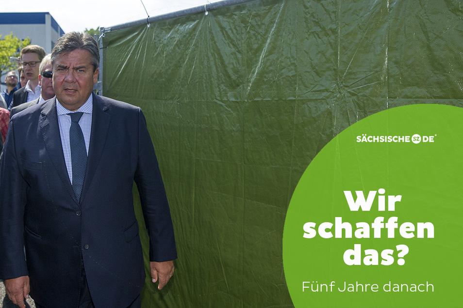 Sigmar Gabriel, damals SPD-Chef Wirtschaftsminister und Vizekanzler, bei seinem Besuch der Flüchtlingsunterkunft in Heidenau im August 2015.