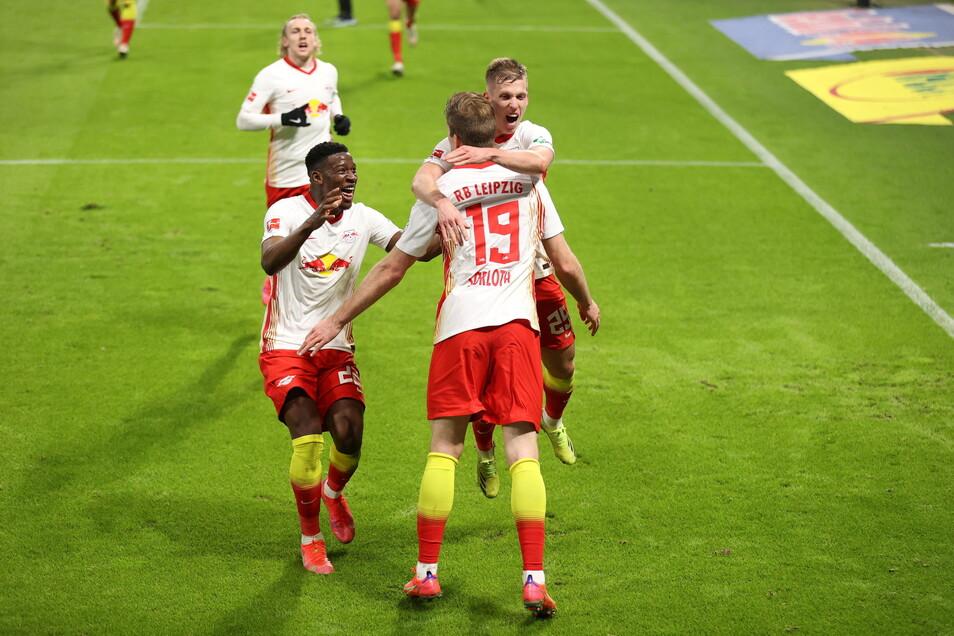Leipzigs Alexander Sörloth (M) bejubelt sein Tor in der Nachspielzeit zum 3:2 mit seinen Mannschaftskollegen.