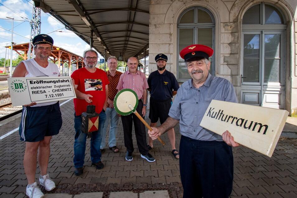 Die Freizeitgruppe Eisenbahngeschichte Döbeln und Unterstützer treffen sich im Bahnhof.