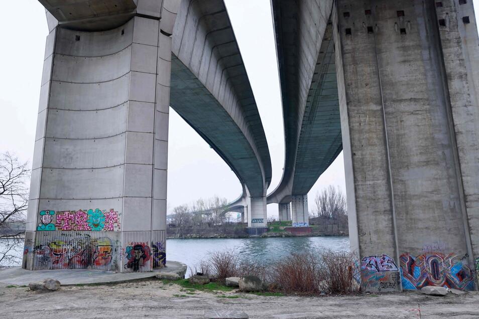 Frankreich, Argenteuil: Die Autobahnbrücke der A15 führt über die Seine.