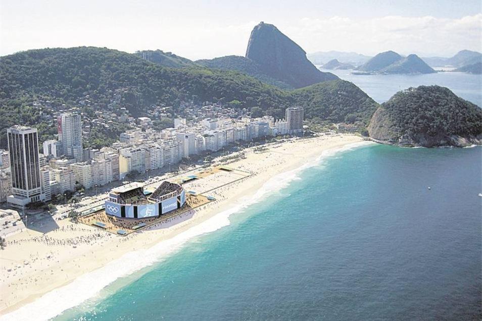 Copacabana in Rio de Janeiro, Brasiliens berühmtester Strand – und doch nur einer von Tausenden.