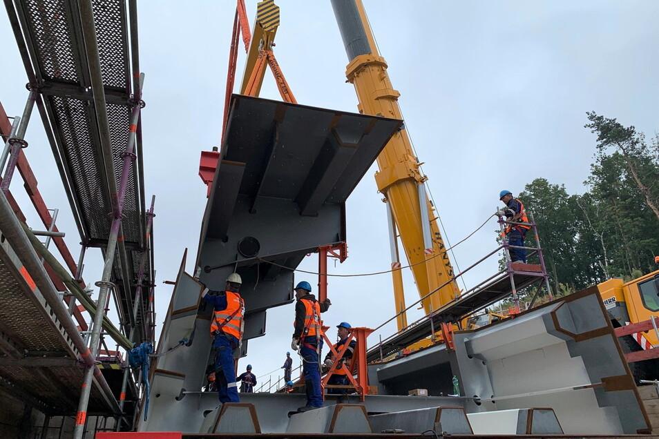 Schwerstarbeit: Ein Spezialkran hievt die einzelnen Brückenelemente in den Taktkeller.