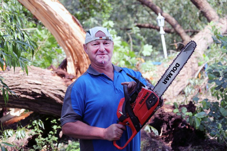 Nicht nur die Reparatur von Bänken und Handläufen gehört zum Aufgabengebiet vom Marco Augustin. Oft muss er die auch umgestürzte Bäume beseitigen.