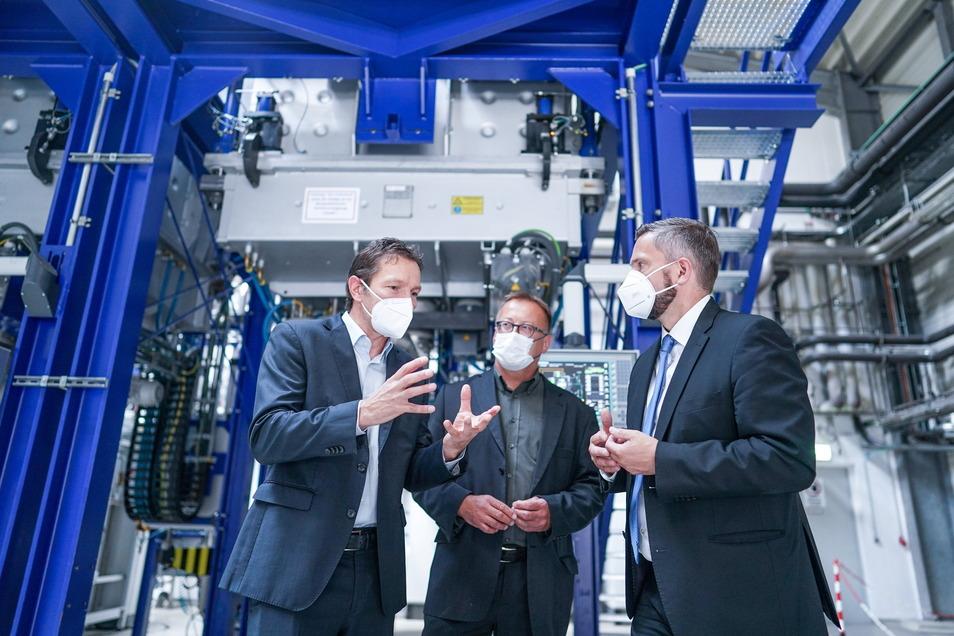 Die Luxchemtech-Geschäftsführer Wolfram Palitzsch (von links) und Ingo Röver zeigen ihre Recycling-Anlagen in Freiberg dem sächsischen Wirtschaftsminister Martin Dulig (SPD).