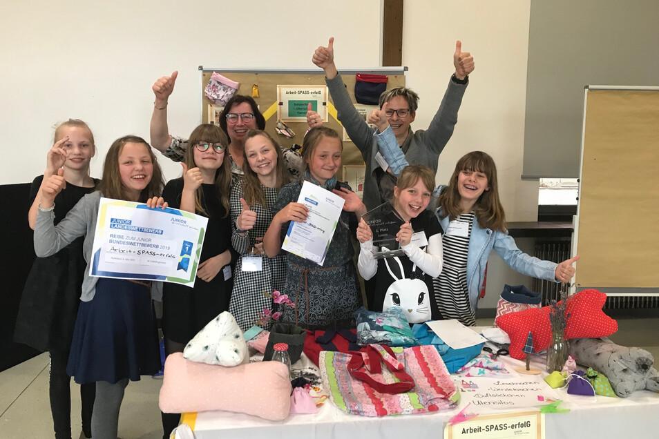 So sehen Sieger aus! Die jungen Mitarbeiterinnen und Mitarbeiter der Schülerfirma Arbeit-Spaß-Erfolg der 1. Oberschule Kamenz bejubeln den großen Erfolg.