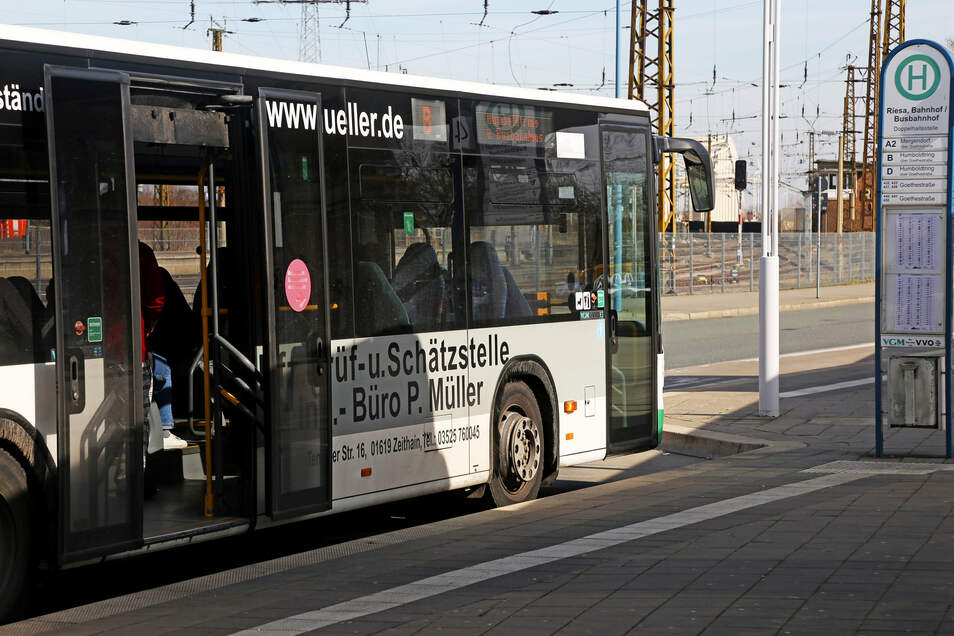 Der Busbahnhof Riesa: Ab Samstag gibt es Tickets wieder beim Fahrer. Alle Busse fahren normal nach dem Sommerfahrplan.