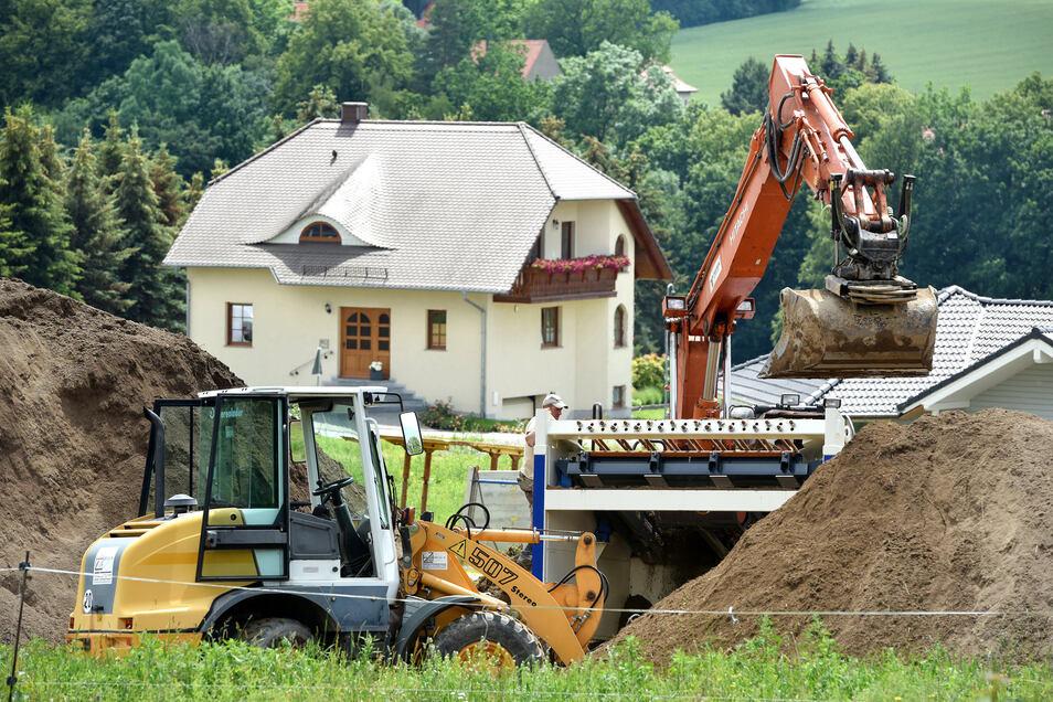 An der Steinstraße in Ebersbach wird schon für den Eigenheimstandort gebaggert.