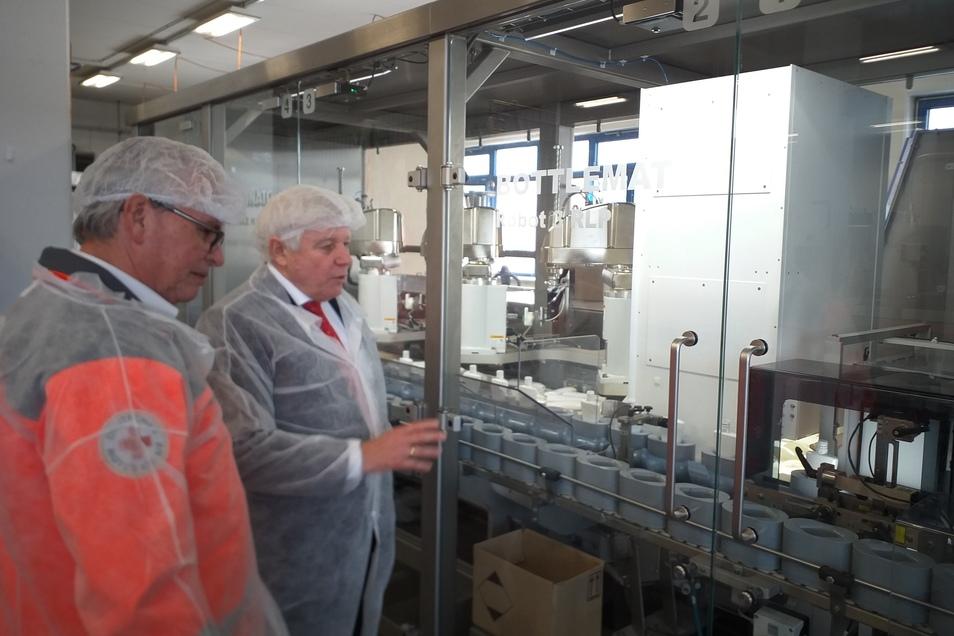 fit-Chef Wolfgang Groß (rechts) informiert DRK-Präsident Holger Löser über die Abfüllung des Desinfektionsmittels.