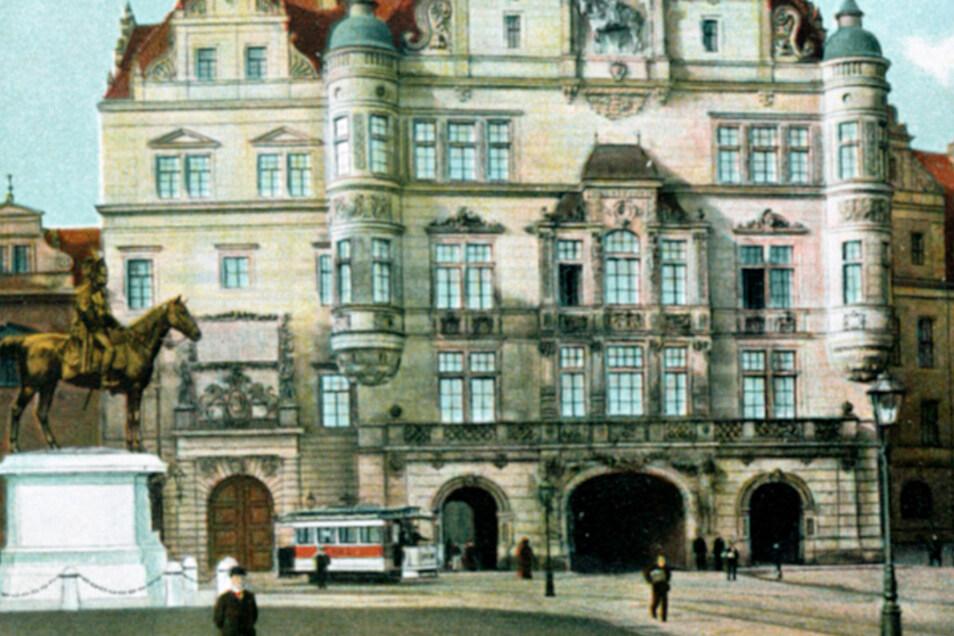 Das Georgentor des Residenzschlosses mit König Albert-Denkmal um 1905. Es wurde wenige Jahre zuvor im Stil der Neurenaisassance umgebaut.