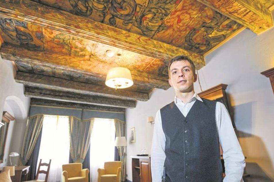 """Kevin Hadert ist Geschäftsführer des Hotels Italia auf dem Obermarkt. Hier steht er im Zimmer """"Milano"""".Foto: Pawel Sosnowski"""