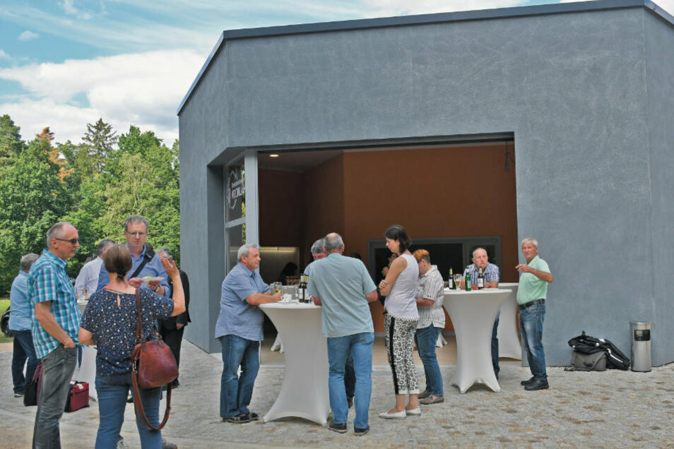 Die Teilnehmer an der Einweihungsfeier nutzen die Möglichkeit zu Gesprächen vor sowie im neuen Infopunkt und besichtigen die Anlage am Kromlauer Park.