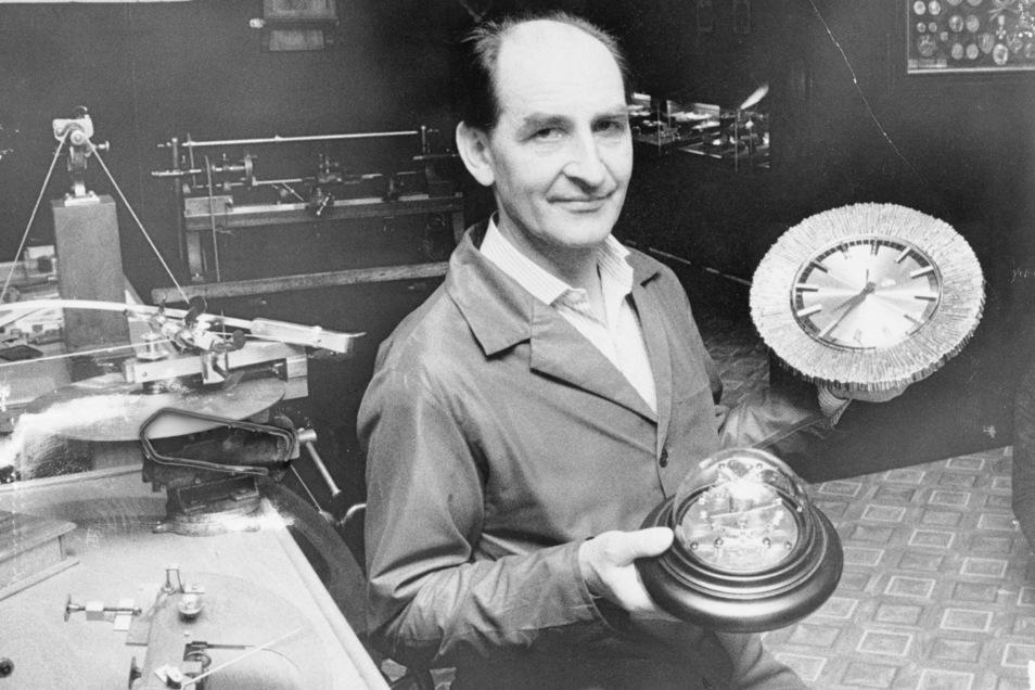 Adolf Görgl war in Glashütte Verantwortlicher für Traditionspflege. Er ist der Vorgänger von Reinhard Reichel und zeigt Exponate der Ausstellung. Rechts ist die erste Quarzwanduhr der DDR zu sehen.