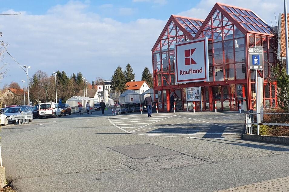 Im und am Kaufland in Neustadt geht es gemächlicher als gewohnt zu. Zu hamstern gibt es nicht mehr viel.
