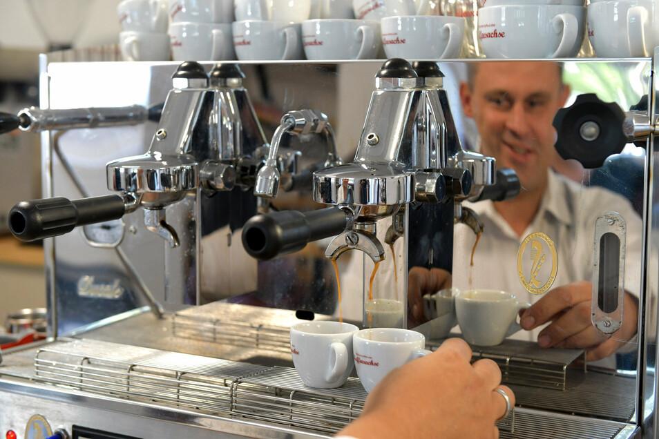 """Zwei Espresso, bitte: """"Kaffeesachse"""" Jan Döring an der Siebträgermaschine.Foto: Eckhardt Mildner"""