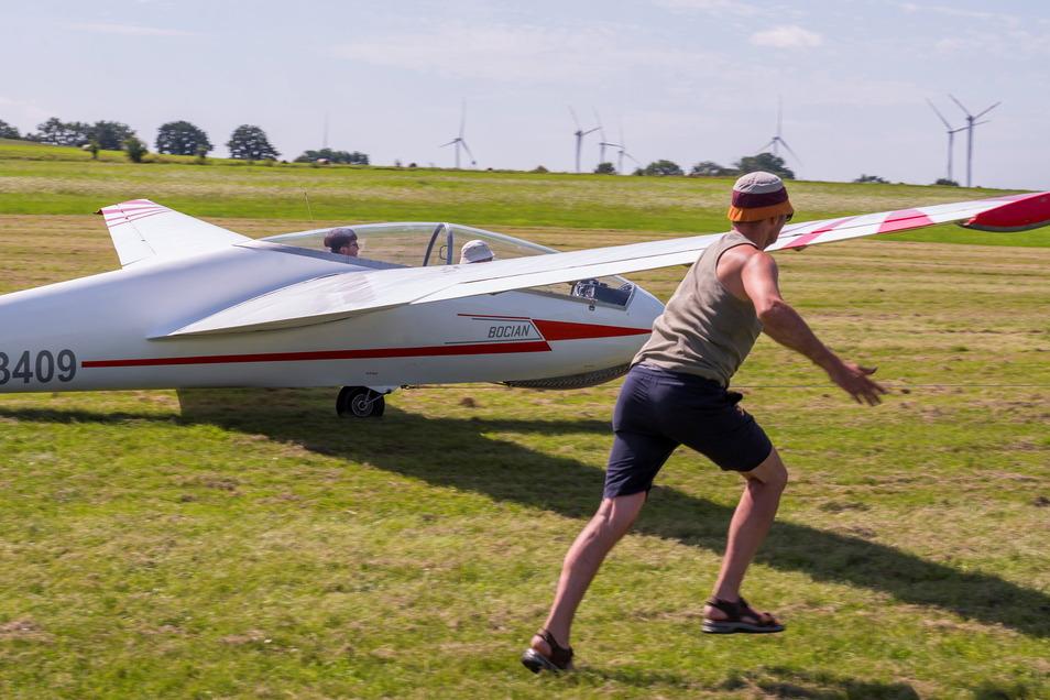 Start frei: Ein Vereinsmitglied stützt den Flügel, während die Winde den Segelflieger in hohem Tempo über die Startbahn zieht. Den Rest erledigt der Luftstrom.