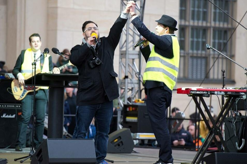 Unter anderem spielt die Band Yellow Umbrella ihren No-Pegida-Song.