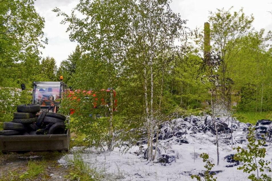 Nachdem es am Dienstag an der Gelsdorfhütte brannte, stand am Mittwoch unweit davon auf dem alten Fabrikgelände ein großer Stapel Altreifen in Flammen. Die Feuerwehr, die mit mehreren Fahrzeugen vor Ort war, löschte mit Schaum und verhinderte ein Übe