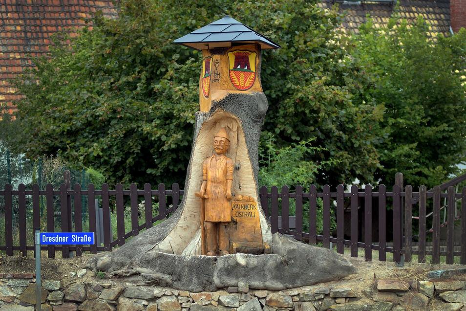 Dieser Bergmann begrüßt die Ostrauer und ihre Gäste an der Dresdner Straße. Er wurde aus den Resten einer Esche geschnitzt.
